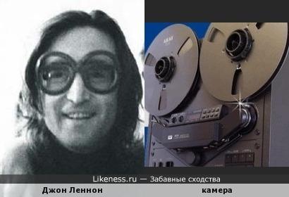Камера напоминает улыбающегося человека в очках.