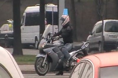 Синее ведерко на мотоцикле, байкер