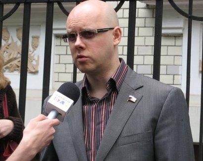а мне Антона Белякова напомнил.Депутата ГосДумы..он у Малахова любит ПИАРИТЬСЯ!!!)))ТОКО В ОЧКАХ))))