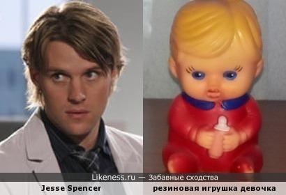 Джесси Спенсер и резиновая игрушка девочка