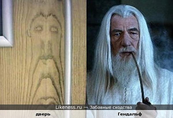 Текстура двери похожа на Гендальфа