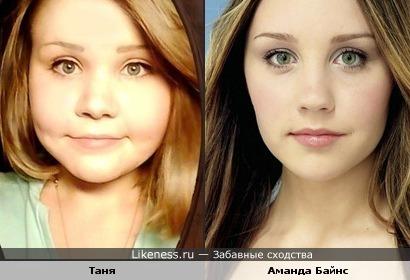 Девушка похожа на Аманду Байнс