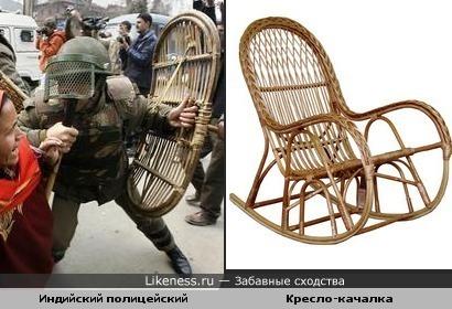 Щит в руках индийского полицейского похож на спинку кресла из лозы