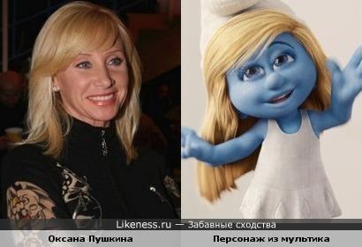 """Телеведущая Оксана Пушкина и персонаж м/ф """"Смурфики"""""""