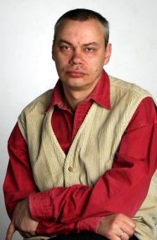Сейчас Борис Худимов выглядит вот так. Пописывает что-то, сочиняет...