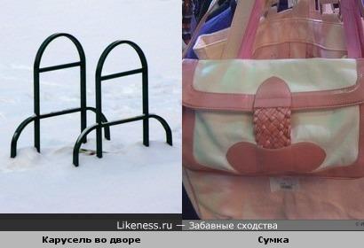 Карусель и часть сумки похожи на пенис