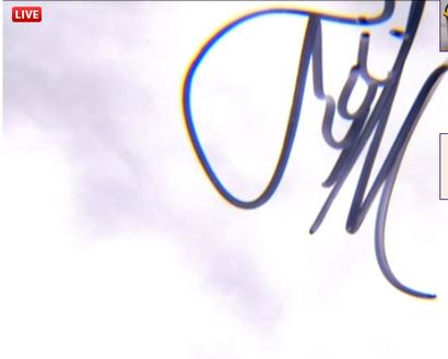 Перемирие! Заголовок изменен.  Но все-таки скажите: цветовые гаммы (крокодила и костюма Маши) похожи? А это подарок - автограф Марии после победы в 1/4 на Фрэнч Опен-2012!